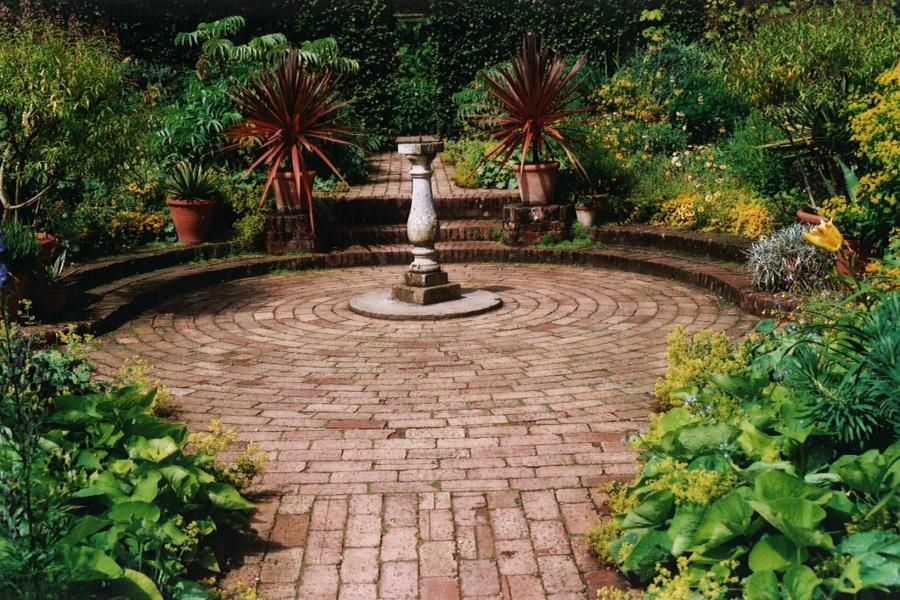 Circular brick terrace garden design by sara barraud for Circular garden designs